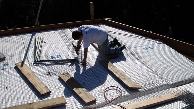 A view of the Tridipanel roof from the top, Freddy is applying the flat mesh to hold the panels together.